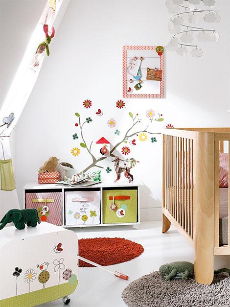 kinderzimmer gestalten mit tollen wandstickern teppichen und gardinen. Black Bedroom Furniture Sets. Home Design Ideas