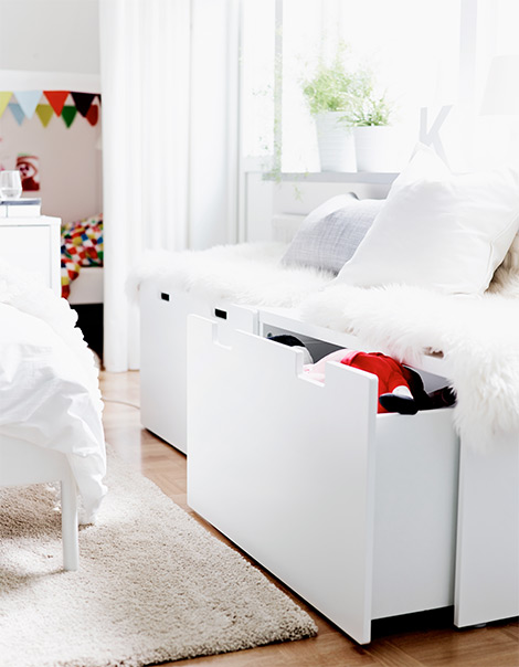 ordnung im kinderzimmer mit truhen und etagenbetten. Black Bedroom Furniture Sets. Home Design Ideas