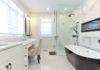Vollverglast lässt die Dusche den Raum großzügiger erscheinen
