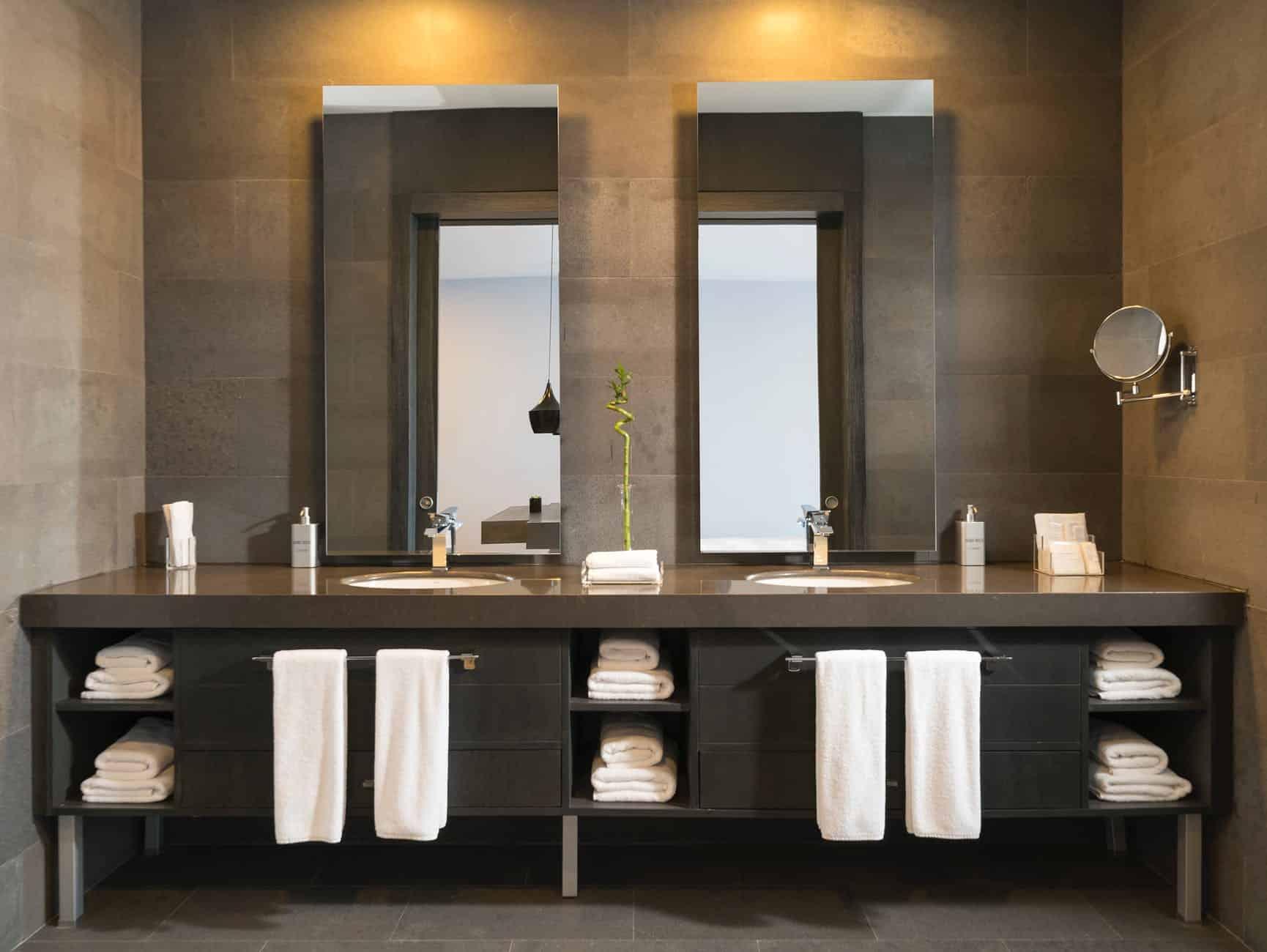 Badezimmer modern gestalten mit naturmaterialien und glas for Bad gestalten fliesen