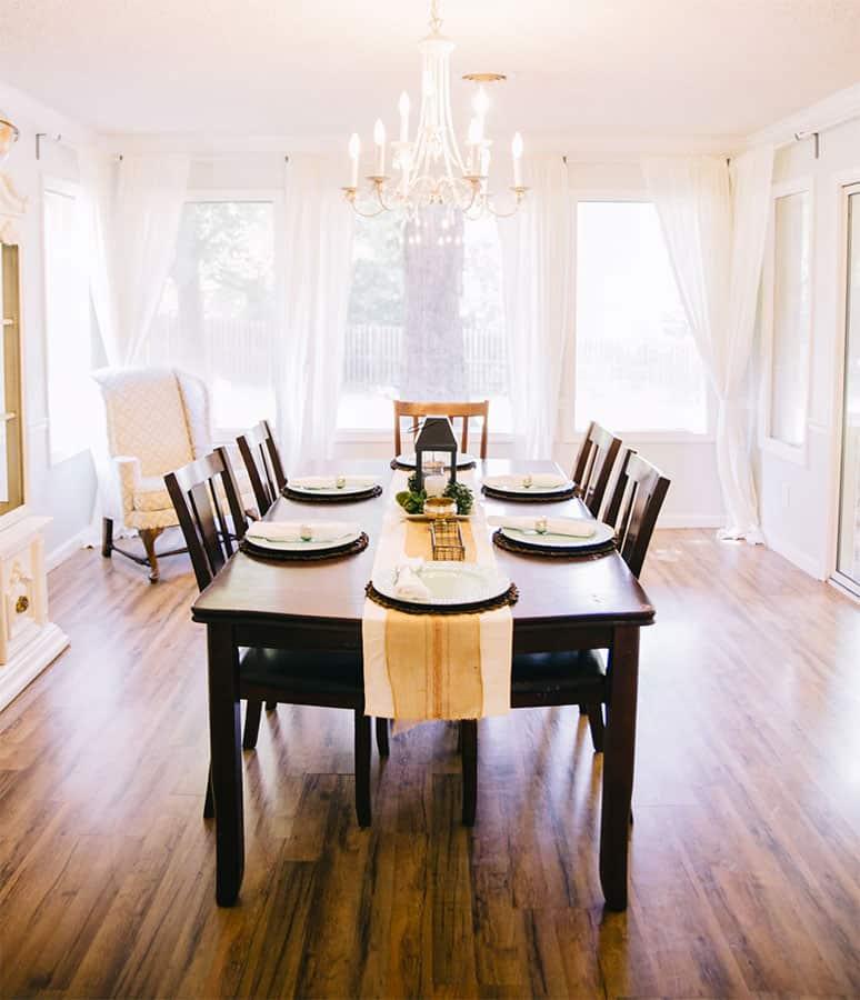 Charmant fügen sich Kronleuchter im modernen Wohnumfeld ein