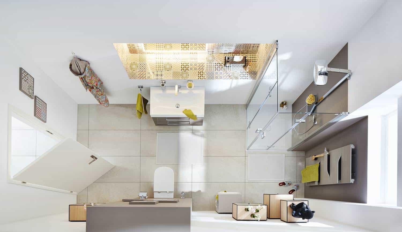 Kleines Badezimmer mit Glastüren an der Dusche versehen