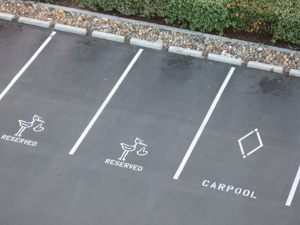 Auffällig sind Markierungen auf der Parkplatzfläche