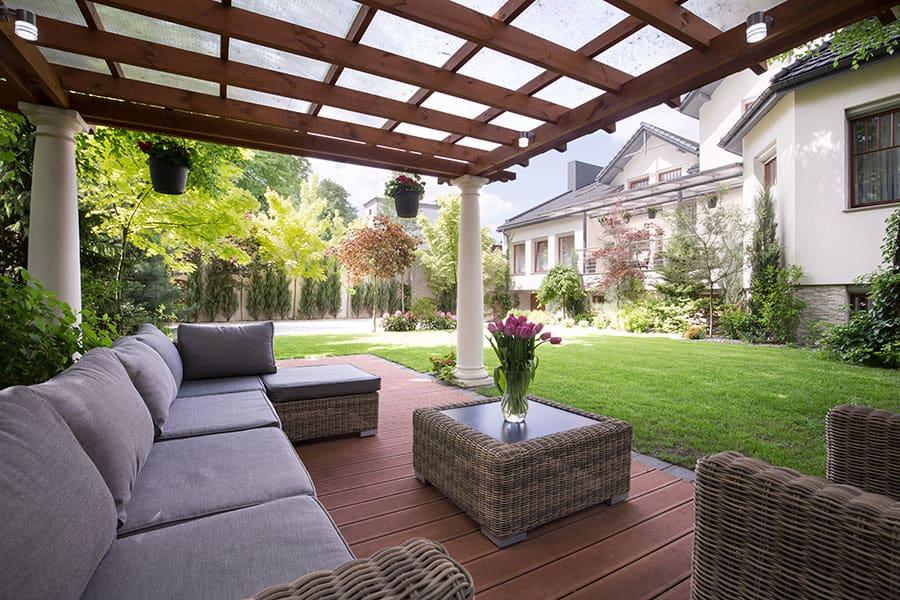 Eine Pergola sorgt für Schatten über der Lounge im Garten