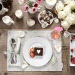 Accessoires für den gedeckten Tisch mit Herzmotiv