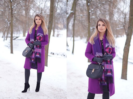 Ein Outfit mit violettem Mantel