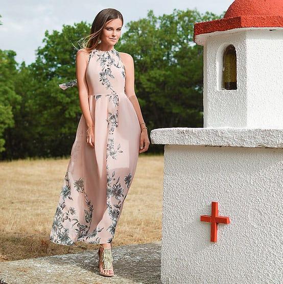 Das klassische Abendkleid ist lang und hat ab Taillenhöhe eine ausgestellte Form