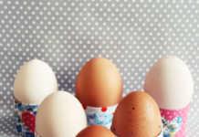 Originelle Eierbecher selbstgemacht aus Klopapierrollen