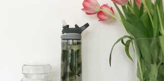 Eine selbst befüllte Flasche mit Infused Water kann man ganz toll mit ins Büro nehmen