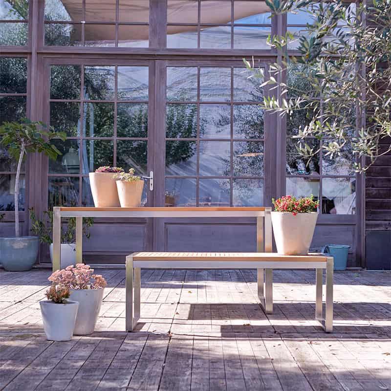 Eine Gartenbank ergänzt bei Sitzplatzmangel die Sitzmöbel im Wohnzimmer
