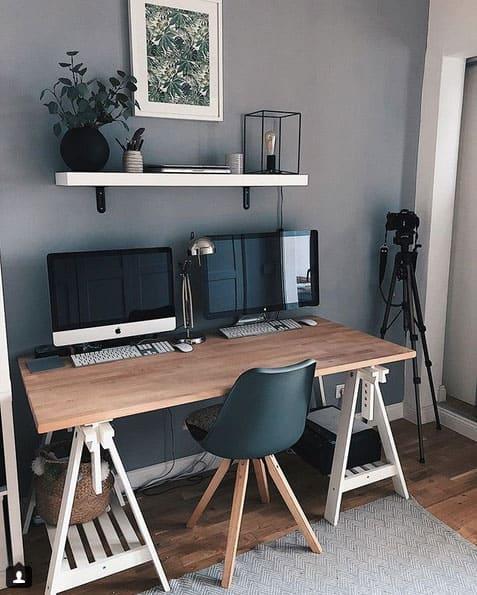 Homeoffice mit modernem Stuhl