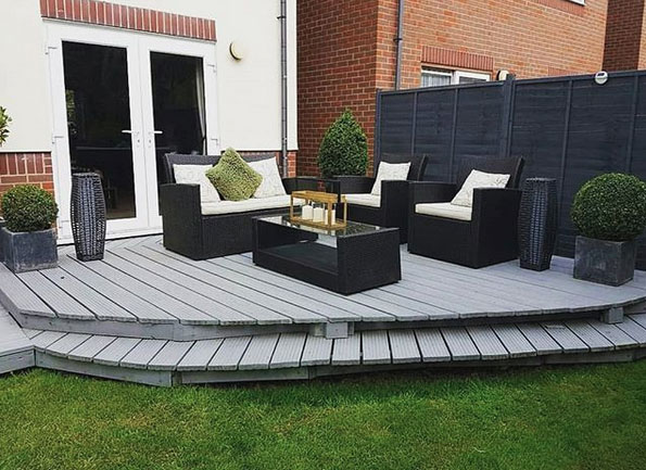 Mit einzeln platzierten Pflanzkübeln kannst du deine Terrasse verschönern