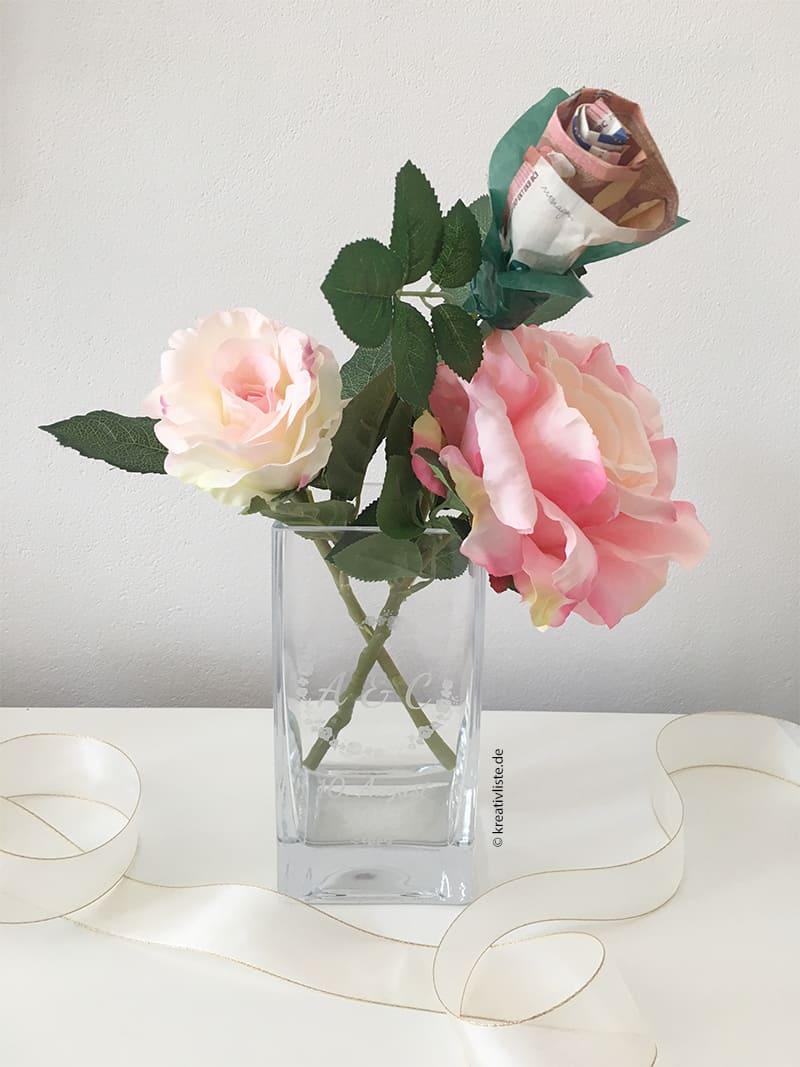 Geldgeschenk zur Hochzeit mit Rosen in gravierter Vase