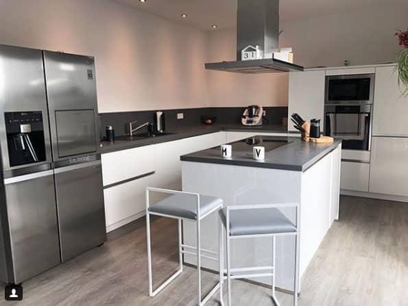 Die Küche bekommt durch eine Arbeitsfläche in Betonoptik ...