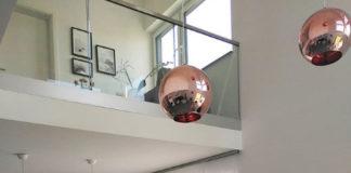 Leicht transparent lassen viele Schiebegardinen auf ganz moderne Art noch genügend Licht in den Raum