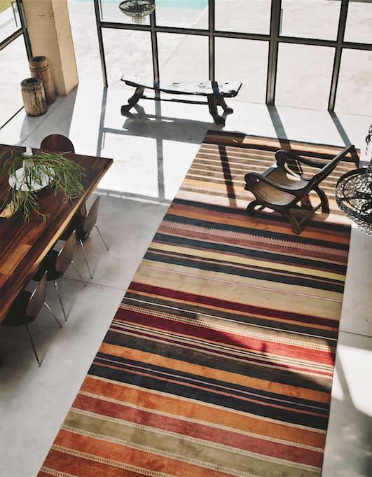 Mit einem Teppich kann der Raum optisch in die Breite gestreckt werden