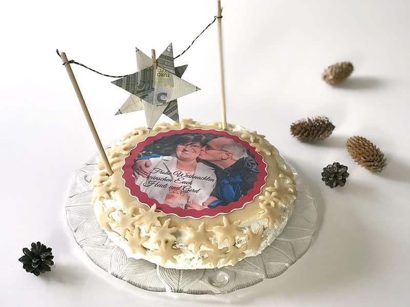 Ein persönliches Geldgeschenk ist eine Torte mit Fotoaufleger zu Weihnachten