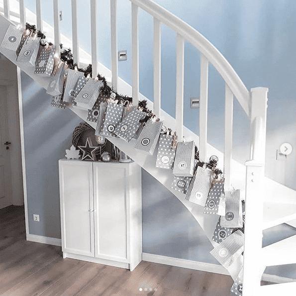 Ein Adventskalender am Treppengeländer