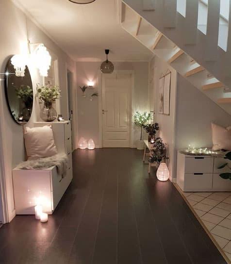 Elegant Mit Kerzen Kannst Du Im Flur In Den Abendstunden Eine Behagliche Atmosphäre  Schaffen