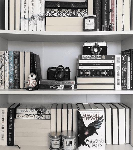 Abwechslung im Regal durch unterschiedliche Anordnung von Büchern
