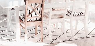 Weihnachtsdekoration am Ast