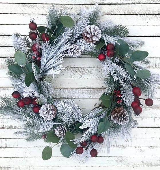 Weihnachtlicher Kranz mit roten Beeren