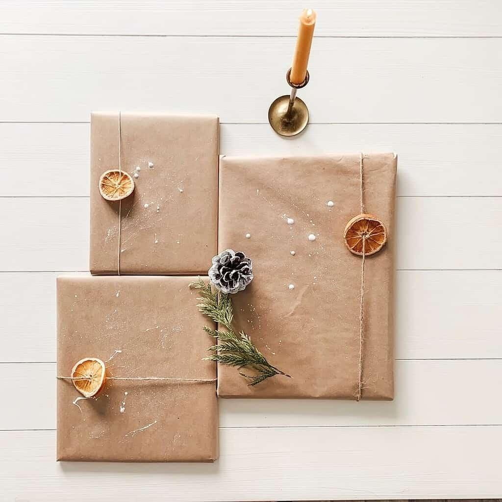 Aufgefädelte Orangenscheiben machen sich getrocknet toll als Deko für Deine Geschenkideen
