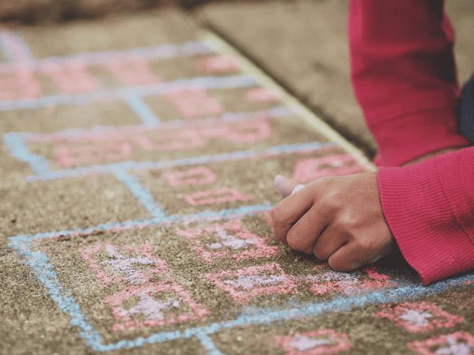 Malkreide ermöglicht kreative Rollenspiele auf der Straße