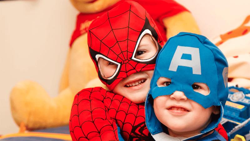 Superheld spielen gibt dem Kind Selbstbewusstsein