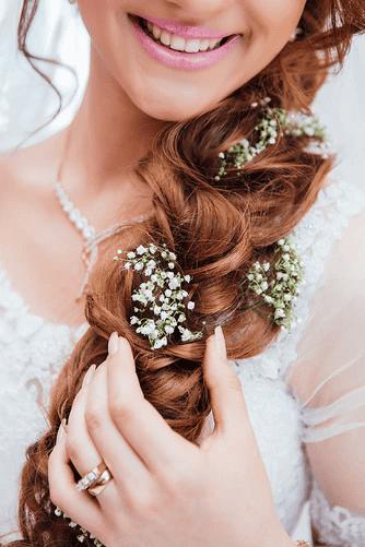 Die richtige Frisur für die Hochzeit sollte geprobt werden
