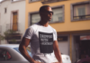 Schwarz-weiße Statement Shirts sehen immer lässig aus
