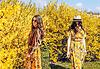 Gelbes Kleid mit Blütenmuster