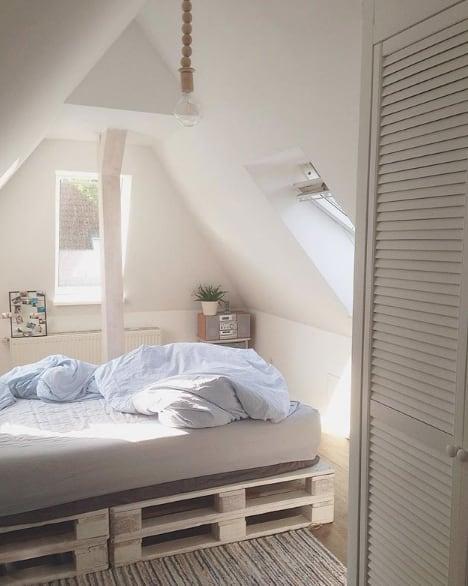 Ein Bett direkt unter dem Schrägdach