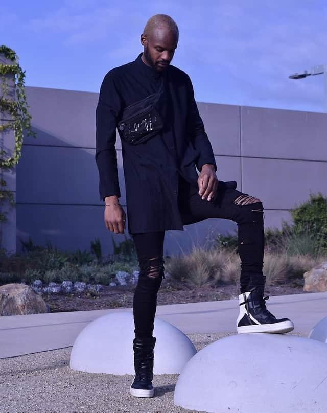 Enge schwarze Hosen sehen top aus zum höheren Sneaker