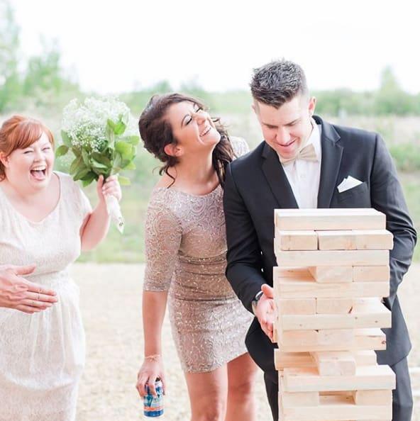 Jenga ist ein tolles Hochzeitsspiel für die Gäste