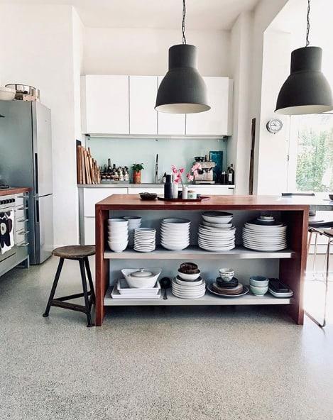 Kücheninsel mit offenem Regal