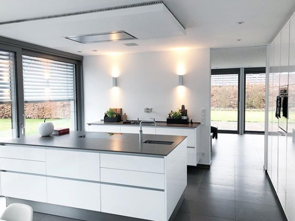 Kücheninsel mit grauer Arbeitsplatte