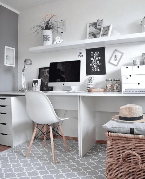 Zwei Schreibtische nebeneinander ergaben eine besonders lange Arbeitsfläche