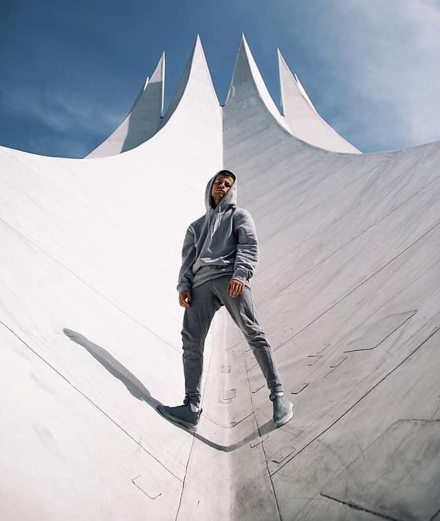 Der moderne Sneaker sieht im Alltag sportlich aus