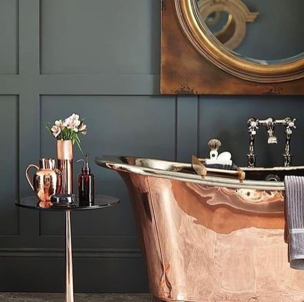 Badewanne und Spiegel aus Kupfer