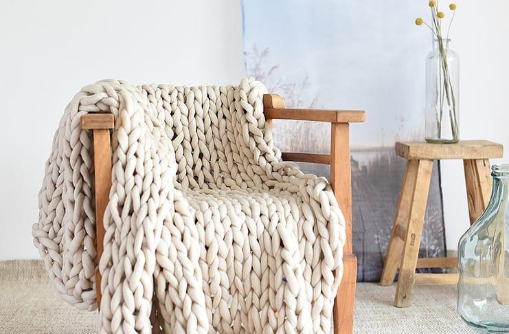 Eine grobmaschige Decke stricken kann man mit dem Strickschlauch ebenfalls
