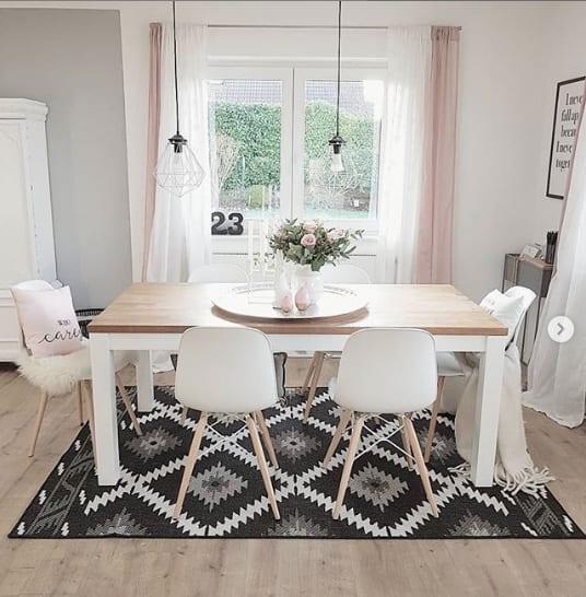 Ein markanter Teppich unter dem Esstisch ist ein wirkungsvoller Blickfang
