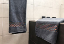 Handtücher mit Kupferakzenten