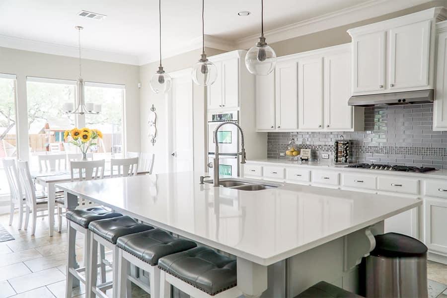Moderne Küche in Weiß mit Hochglanzarbeitsplatte