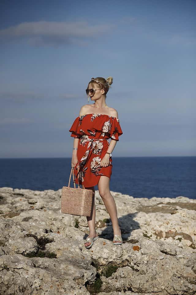 Rotes Sommerkleid mit freien Schultern