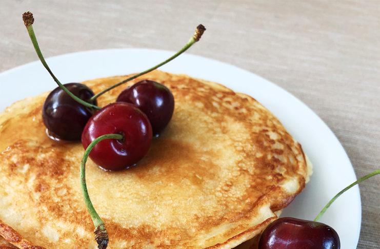 Pancakes kannst du mit Marmelade oder klassisch mit Ahornsirup essen