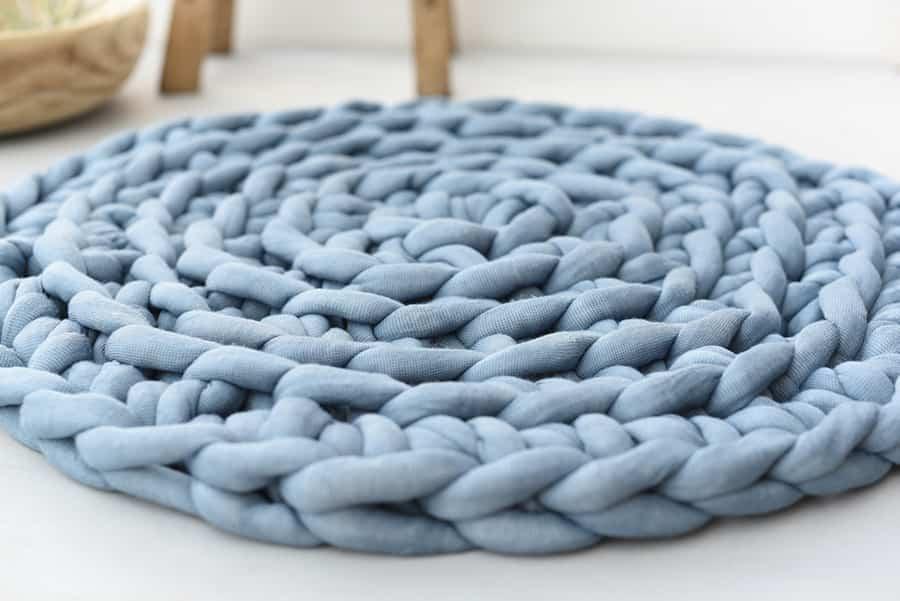 Teppich aus grobem Strickschlauch