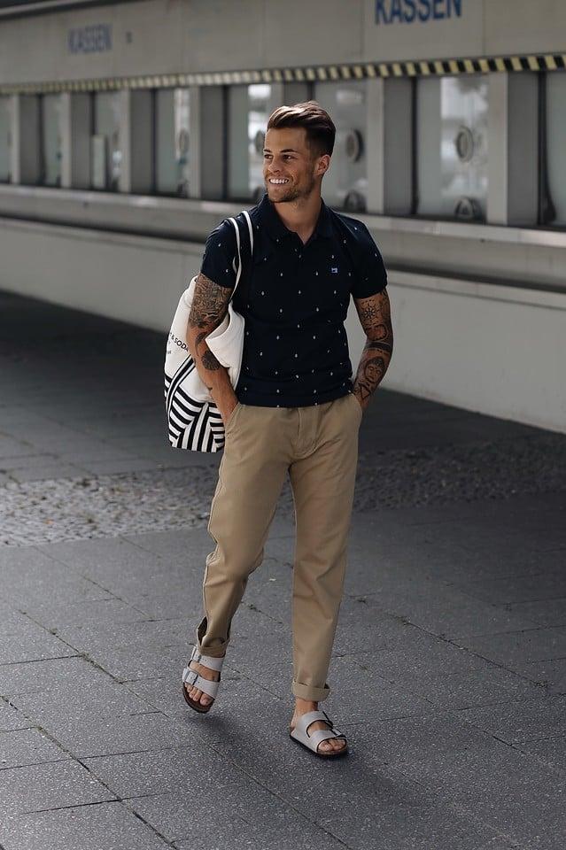 Auch Männer tragen die bequemen Sandalen