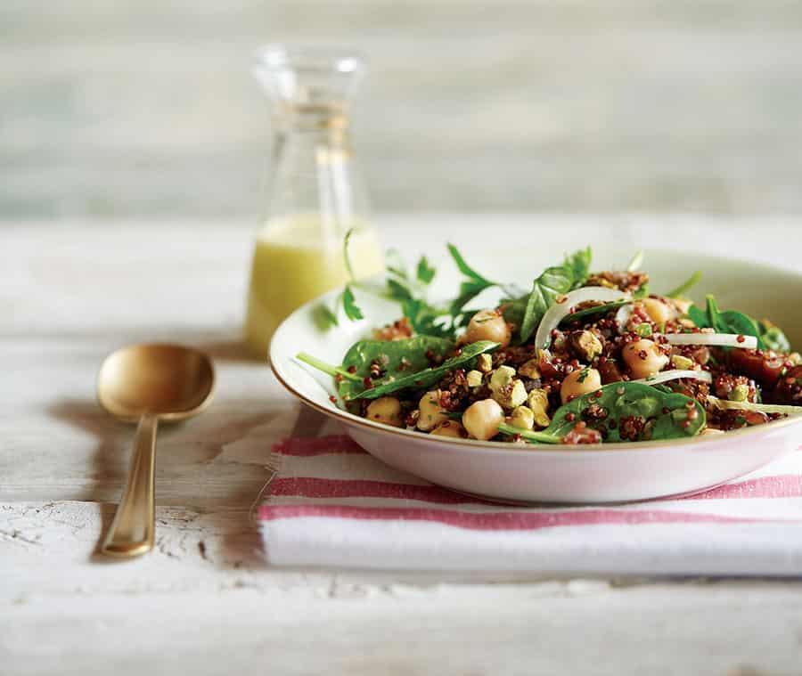 Quinoa Salat mit Kichererbsen, Pistazien und Datteln