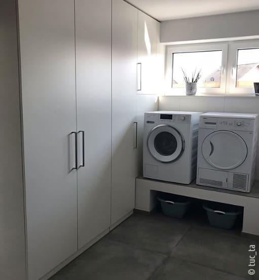 Waschmaschine und Trockner stehen für eine bessere Abpumpleistung etwas höher